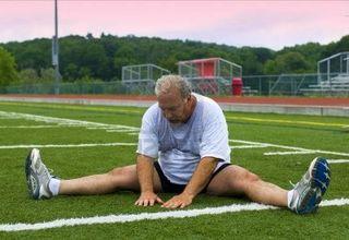 5178251-surpoids-senior-homme-d-39-age-moyen-de-son-etirement-des-muscles-apres-l-39-exercice-sur-le-terrain